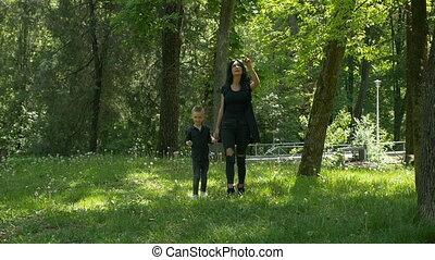 marche, concept, maternel, elle, mère, parc, mouvement, lent, séduisant, enfant, amour