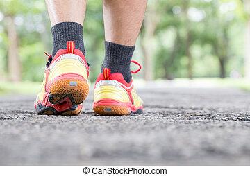 marche, concept, style de vie, jambe, sain, parc, sports, closeup, shoe., public, route, homme