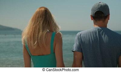 marche, couple, ensoleillé, jeune, après-midi, long, plage, outdoors.