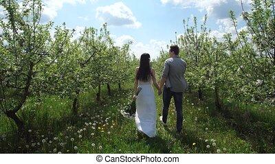 marche, couple heureux, arbres, main