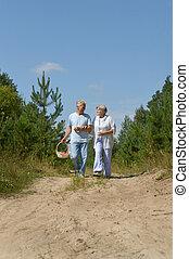 marche, couple, personnes agées, forêt