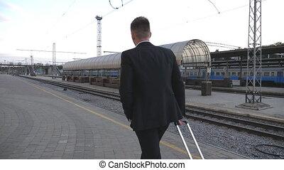 marche, dos, traction, suivre, station, trip., lent, jeune, aller, unrecognizable, complet, sien, business, réussi, appareil photo, wheels., homme, bagage, par, mouvement, valise, homme affaires, ferroviaire, vue