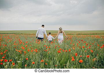 marche, famille, champ, tenant mains, pavot