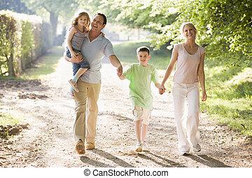 marche, famille, dehors, tenant mains, sourire
