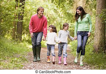 marche, famille, tenant mains, sentier, sourire