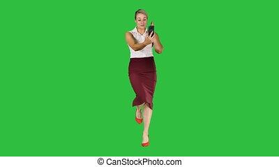 marche, femme, chroma, écran, appel téléphonique, key., vidéo, utilisation, vert, intelligent, confection