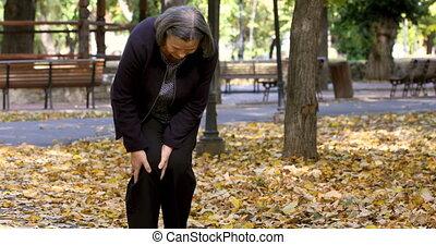 marche, femme, douleur, parc, genou, personne agee, avoir