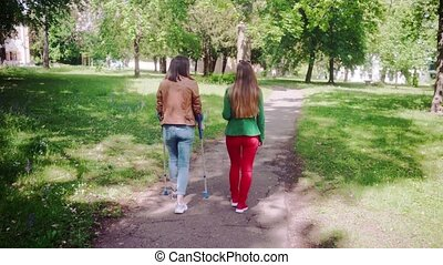 marche, femme, jambe, sain, ensemble, cassé, ami