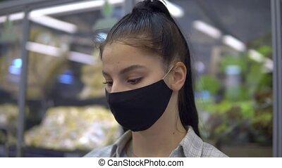 marche, femme, produit, regarder, étagères, masque protecteur, supermarket.