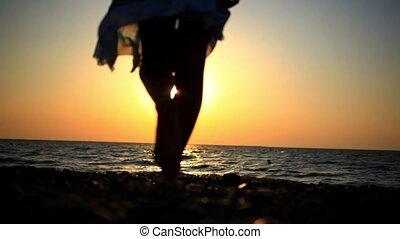 marche, femme, romantique, ensoleillé, jeune, brouillé, rocheux, mer, plage, coucher soleil, reflet