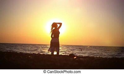 marche, femme, romantique, jeune, surprenant, coucher soleil, mer, plage