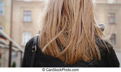 marche femme, rue, jeune, beau, blond