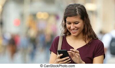 marche, femme, téléphone, rue, utilisation, intelligent
