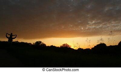 marche, fille, père, tient, parc, épaules, coucher soleil