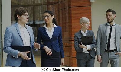 marche, groupe, bureau, professionnels, jeune, conversation, vestibule
