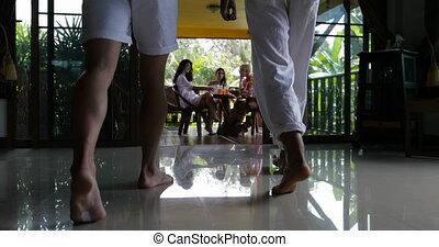 marche, groupe, séance, hommes, filles, deux, ensemble, matin, terrasse, jus, boire, amis