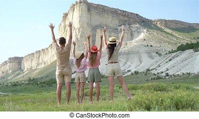 marche, heureux, quatre, montagnes, coucher soleil, famille