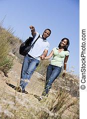 marche, mains tenue couple, sentier, sourire