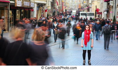 marche, occupé, gens, autour de, jeune femme, rue, poser, hd