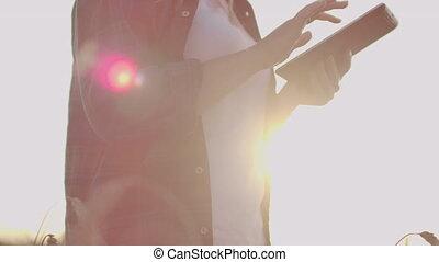 marche, plaid, blé, chemise, tablette, checking., mains, coucher soleil, champ, elle, informatique, crop., femme, paysan, qualité, travers, maturité