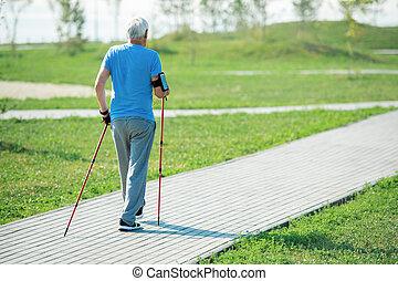 marche, pratiquer, dos, nordique, homme aîné, vue
