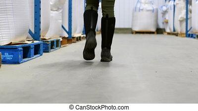 marche, section, femme, bas, 4k, ouvrier, entrepôt
