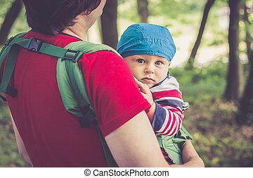 marche, sien, parc, père, fils, porteur, tenant bébé
