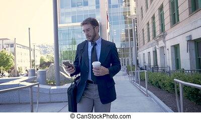 marche, smartphone, millennial, il, virages, homme affaires, horizontal