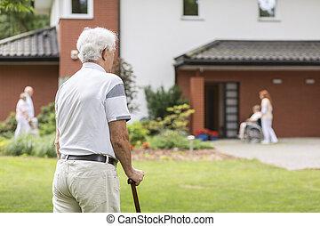 marche, soins, maison, séjour, crosse, pendant, homme aîné