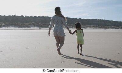 marche, tenue, plage, fille, maman, mains, peu