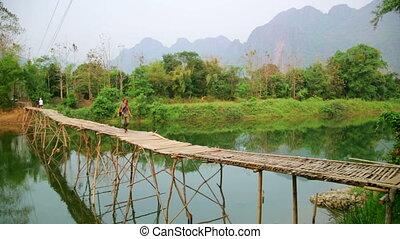 marche, touriste, vieng, vang, laos, girl, bambou, pont