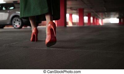marche, voiture, élégant, garé, femme, jambes