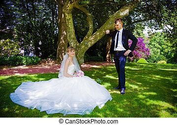 mariée, palefrenier, parc, heureux