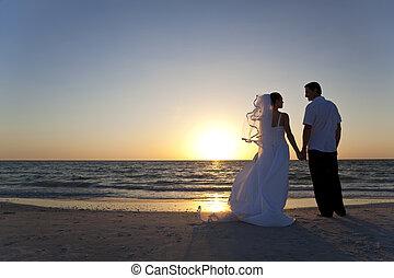 mariés, &, couple, palefrenier, mariée, coucher soleil, mariage, plage