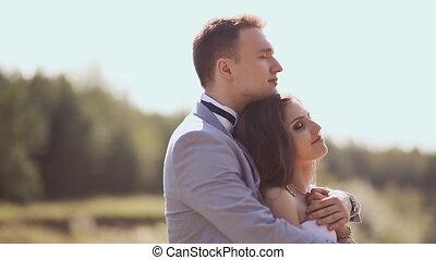 mariés, ensemble., nature, couple, love., bras, entre, suivant, lake., leur, vert, ensemble, ils, mariage, récemment, flight., summer., jour, heureux