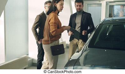 mari, épouse, conversation, directeur, choisir, ventes, concession, voiture, jeune famille