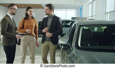 mari, épouse, conversation, directeur, concession, voiture, véhicule, gai, achat