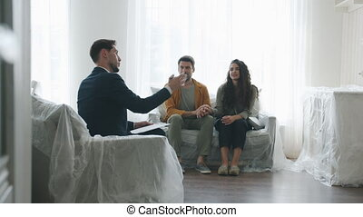 mari, salle, intérieur, épouse, regarder, nouvelle maison, confortable, agent immobilier, conversation