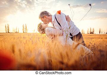 mariage, monture, couple, romantique, baisers, champ, blé