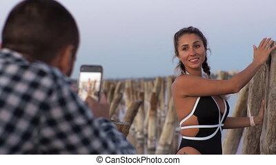 marques, smartphone., evening., plage., photo, sien, homme, petite amie