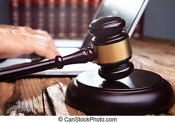 marteau, devant, ordinateur portable, fonctionnement, bureau, juge