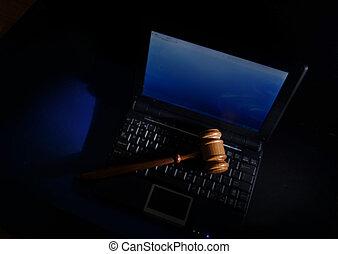 marteau, juge, ordinateur portable