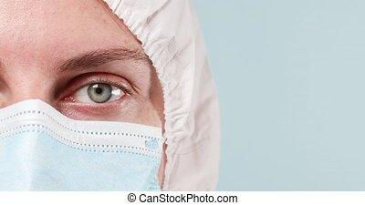 masque, moitié, appareil photo, caucasien, figure, docteur, femme regarde, protecteur, gros plan