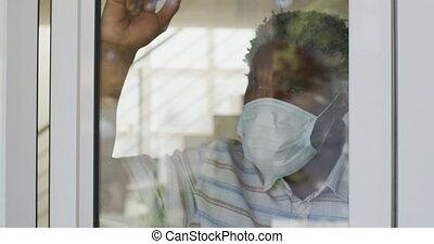 masque, porter, regarder, personne agee, dehors, figure, fenêtre, homme, maison