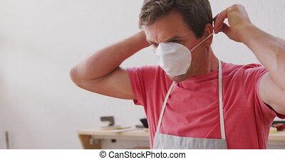 masque protecteur, mâle, planche surf, tablier, caucasien, fabricant, figure, porter, mettre