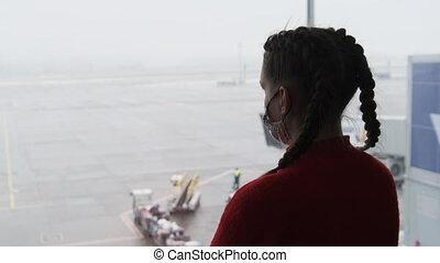 masque, regarder, voyageur, avions, figure, femme, aéroport, silhouette, jeune