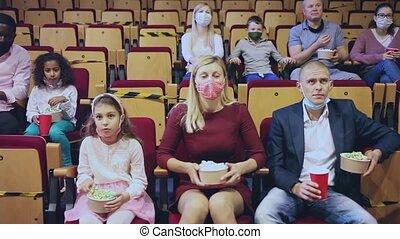 masques, protecteur, manger, famille, regarder, enfant, pop-corn, porter, cinéma, film