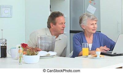 matin, couple, pendant, ordinateur portable, utilisation, vieilli