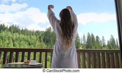 matin, mains, vacances, regarder, concept, réveiller, étirage, salle, montagnes., beautifl, jeune, été, dehors, montagnes, quoique, forêt, femme, hôtel, tourisme