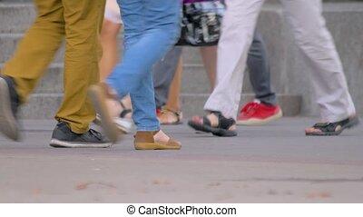 matin, rue., marche, foule, closeup., étudiant, commute., pendant, pieds, anonyme, vie, urbain, chaussures, life., unrecognizable, concept, gens